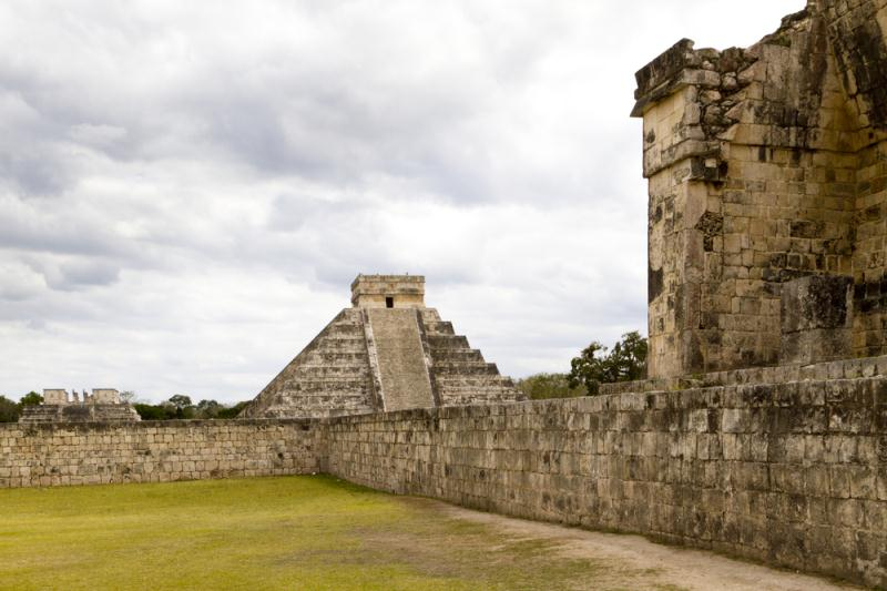 THE MAYAN PYRAMIDS OF CHICHEN ITZA